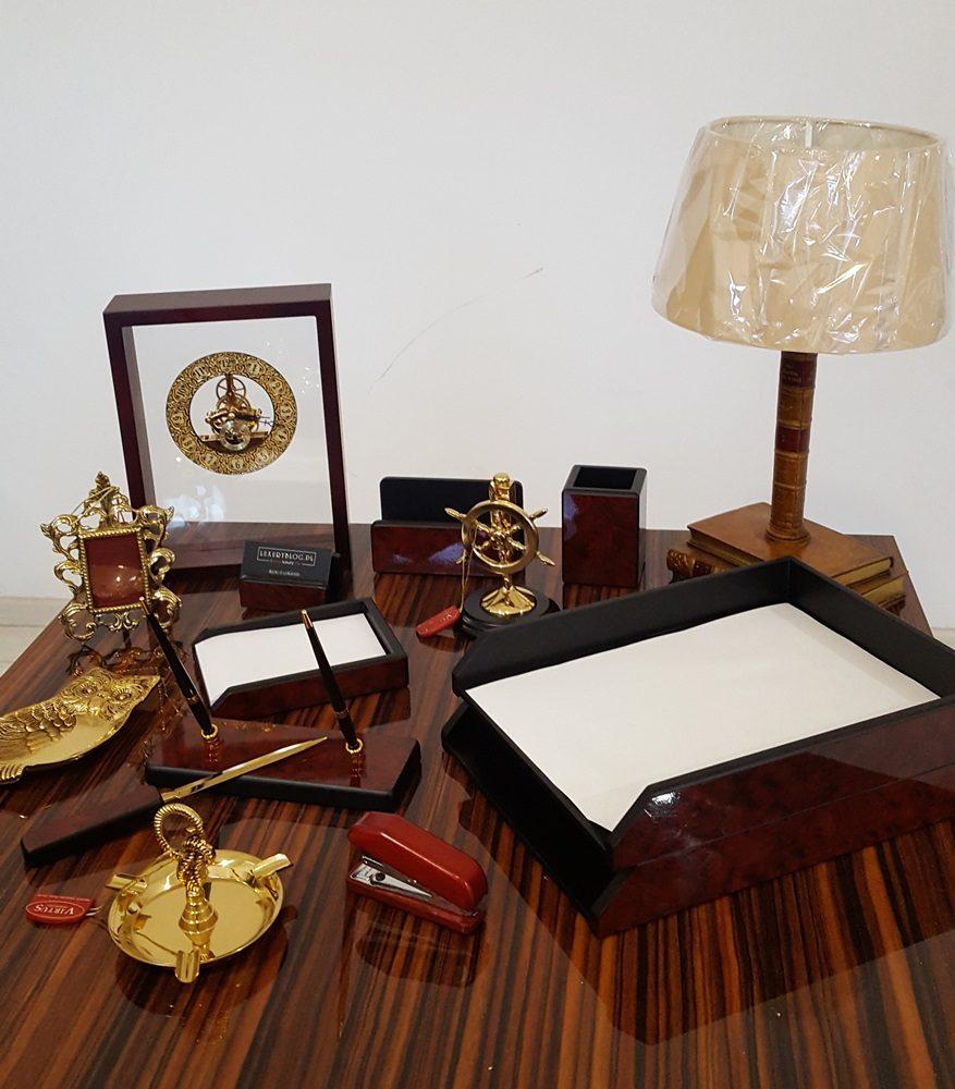 co można postawić na eleganckim biurku