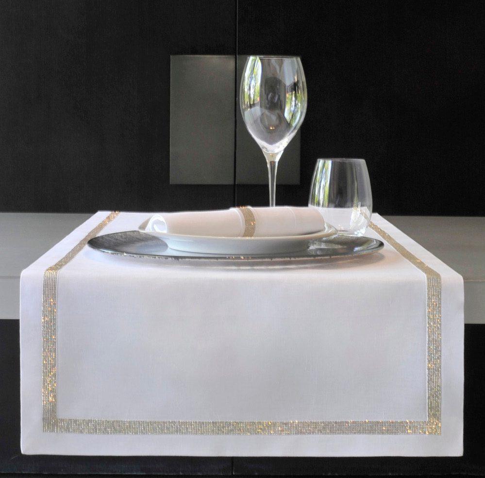 świąteczna zastawa stołowa z pięknym obrusem